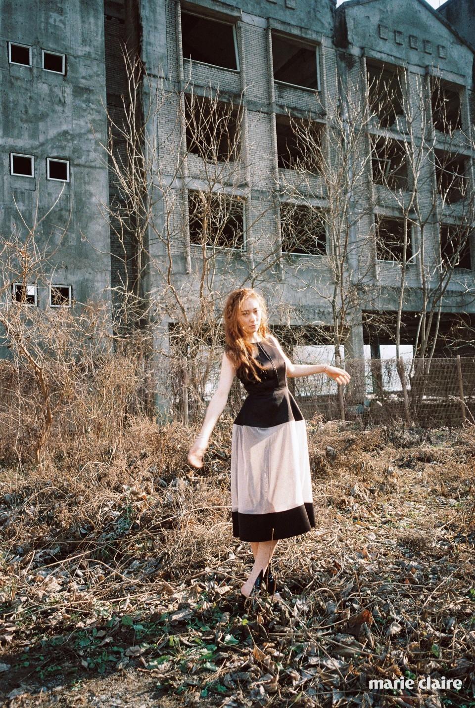 엑스레이에서 영감을 받은 시스루 포인트 드레스, 함께 매치한 레이스 슬립 드레스, 뾰족한 커팅이 돋보이는 블랙 샌들 모두 발렌시아가(Balenciaga)