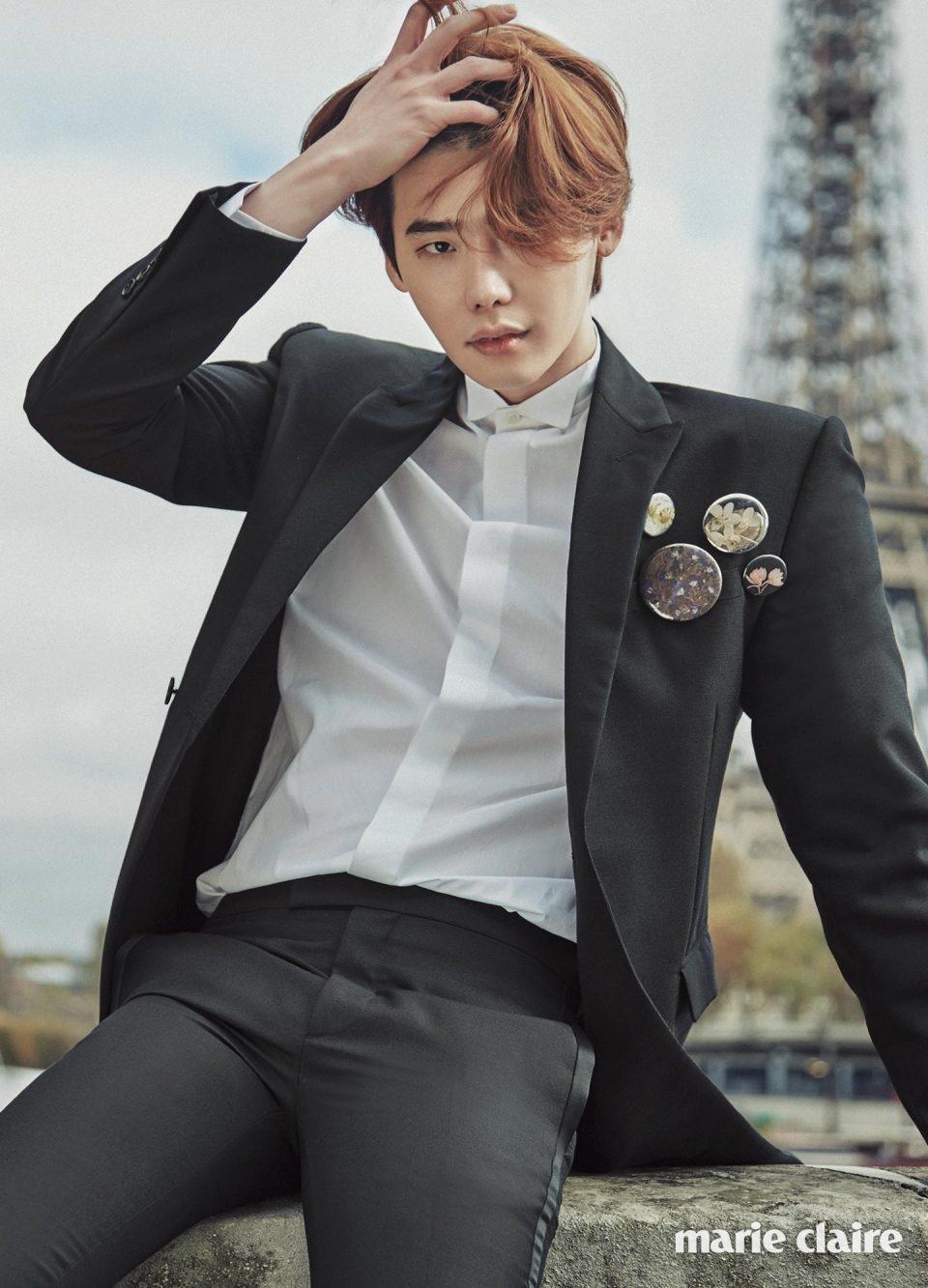 더블브레스티드 턱시도 재킷, 새틴 라이닝 디테일 팬츠, 턱시도 셔츠 모두 디올 옴므(Dior Homme).